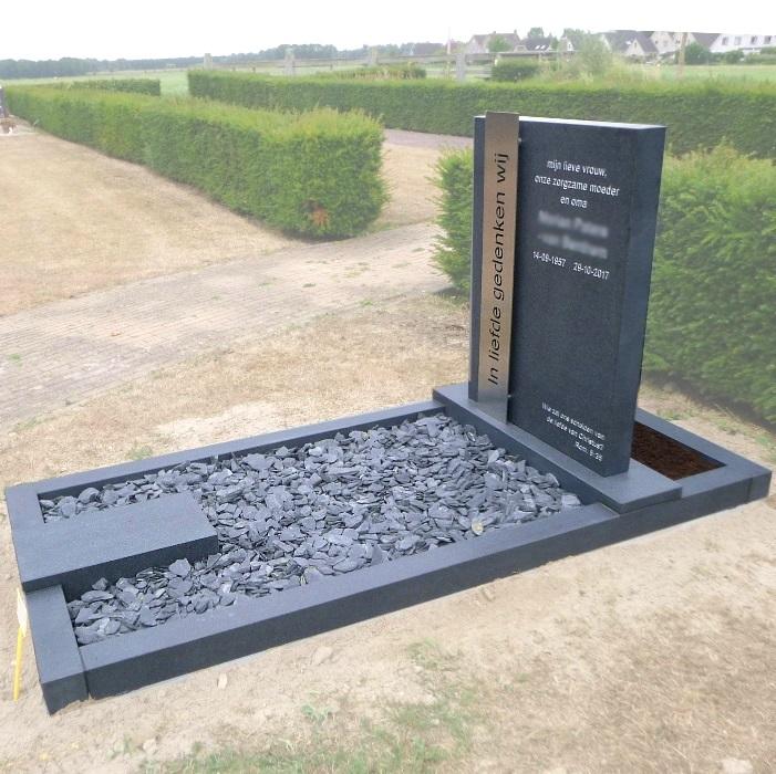 Grafsteen met RVS strip en uitgespaarde tekst geplaatst op begraafplaats Toutenburgh in Vollenhove.