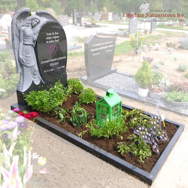 grafsteen engel leunend op plaat