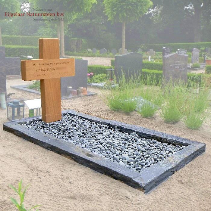 grafsteen houten kruis met leisteen