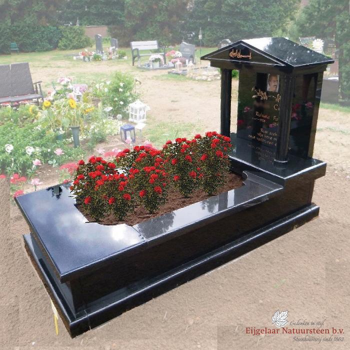 grafsteen tempel met rozen